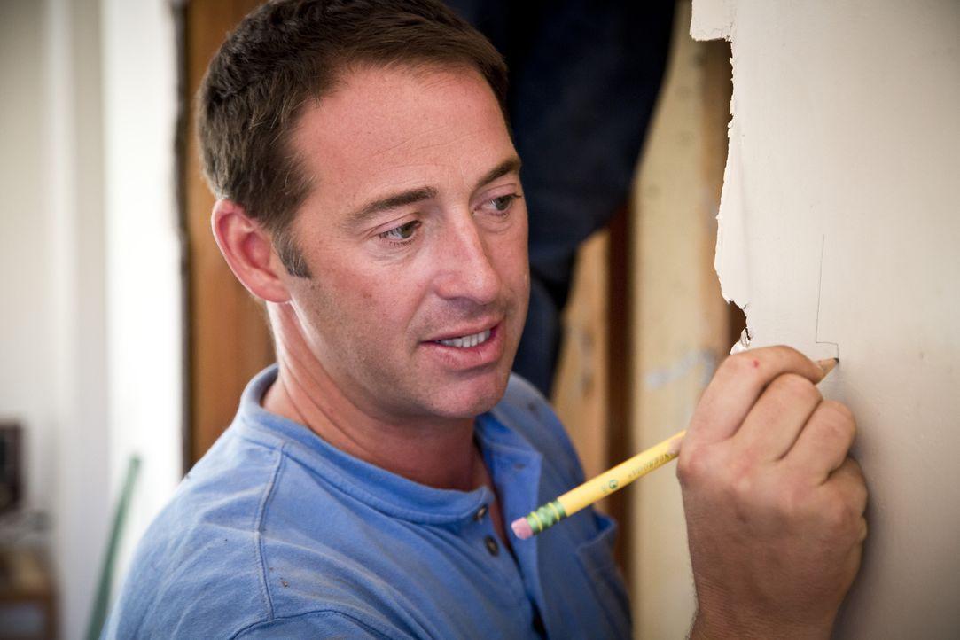 Josh geht stets konzentriert und effektiv an die Arbeit, denn er weiß, dass sein Versprechen ihm nur drei Tage Zeit gibt, die Küche auf Vordermann z... - Bildquelle: 2013,DIY Network/Scripps Networks, LLC. All Rights Reserved.