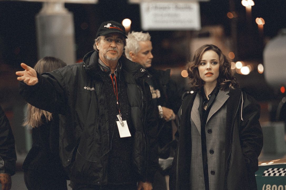 """Am Set von """"Red Eye"""": Regisseur Wes Craven und Hauptdarstellerin Rachel McAdams. - Bildquelle: Telepool GmbH"""
