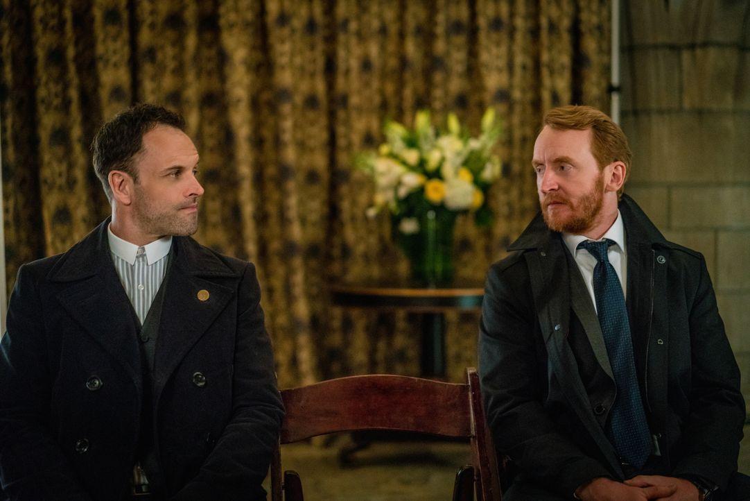 Als auf Morland Holmes ein Anschlag verübt wird, glaubt Sherlock (Jonny Lee Miller, l.), dass Moriartys Organisation dahinter steckt. Zusammen mit W... - Bildquelle: Michael Parmelee 2016 CBS Broadcasting Inc. All Rights Reserved.