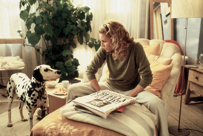 Aus der Zeitung erfährt Chloe Simon (Alice Evans), dass Cruella de Vil tatsächlich wieder auf freiem Fuß ist, was sie sehr beunruhigt ... - Bildquelle: Walt Disney Pictures