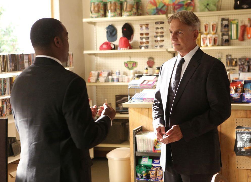 Nach dem Tod seines Vaters kehrt Gibbs (Mark Harmon, r.) in seine Heimatstadt zurück, wo er mit alten Geschichten konfrontiert wird und auf Cal Fras... - Bildquelle: CBS Television