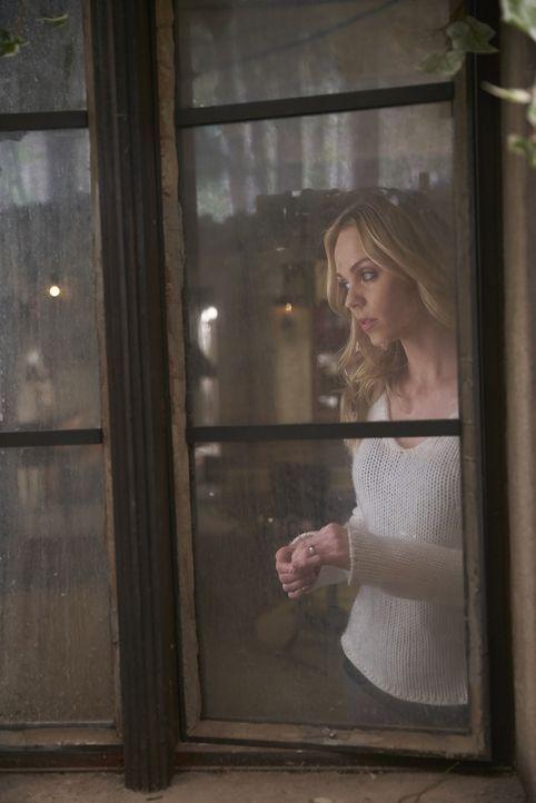 Die Vorahnung macht Elena (Laura Vandervoort) immer mehr zu schaffen, doch damit nicht genug, die Bürde der Entscheidungen, die sie als Alpha treffe... - Bildquelle: 2016 She-Wolf Season 3 Productions Inc.