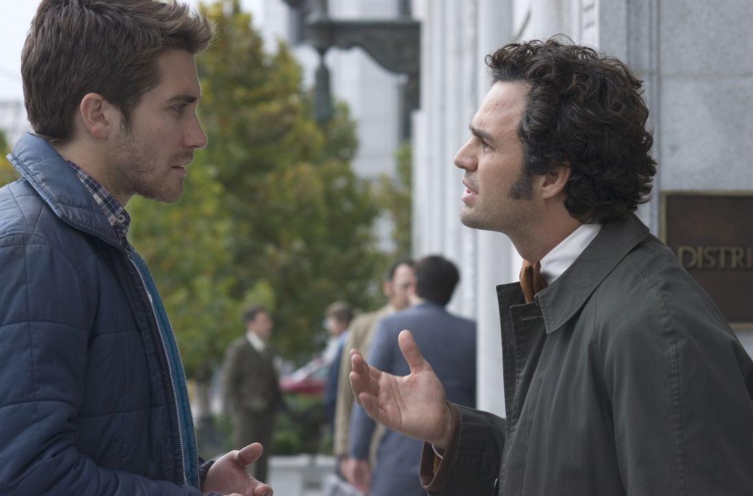 Selbst als die Morde des Zodiac-Killers eines Tages einfach aufhören kann Graysmith (Jake Gyllenhaal, l.) es einfach nicht lassen, jeder nur erdenkl... - Bildquelle: Warner Brothers International Television Distribution Inc.
