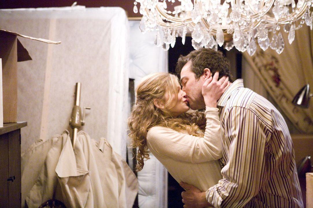 Während die Beziehung zwischen Brenda (Kyra Sedgwick, l.) und Fritz (Jon Tenney, r.) endlich harmonisiert, sorgen Budgetkürzungen bei Brenda in der... - Bildquelle: Warner Brothers