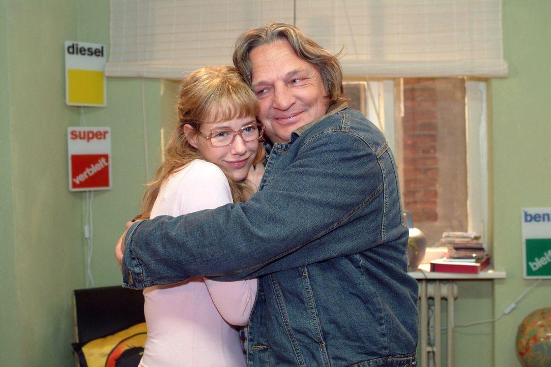 Bernd (Volker Herold, r.) ist glücklich, dass Lisa (Alexandra Neldel, l.) wieder nach Hause zurückkommen will. (Dieses Foto von Alexandra Neldel dar... - Bildquelle: Monika Schürle Sat.1