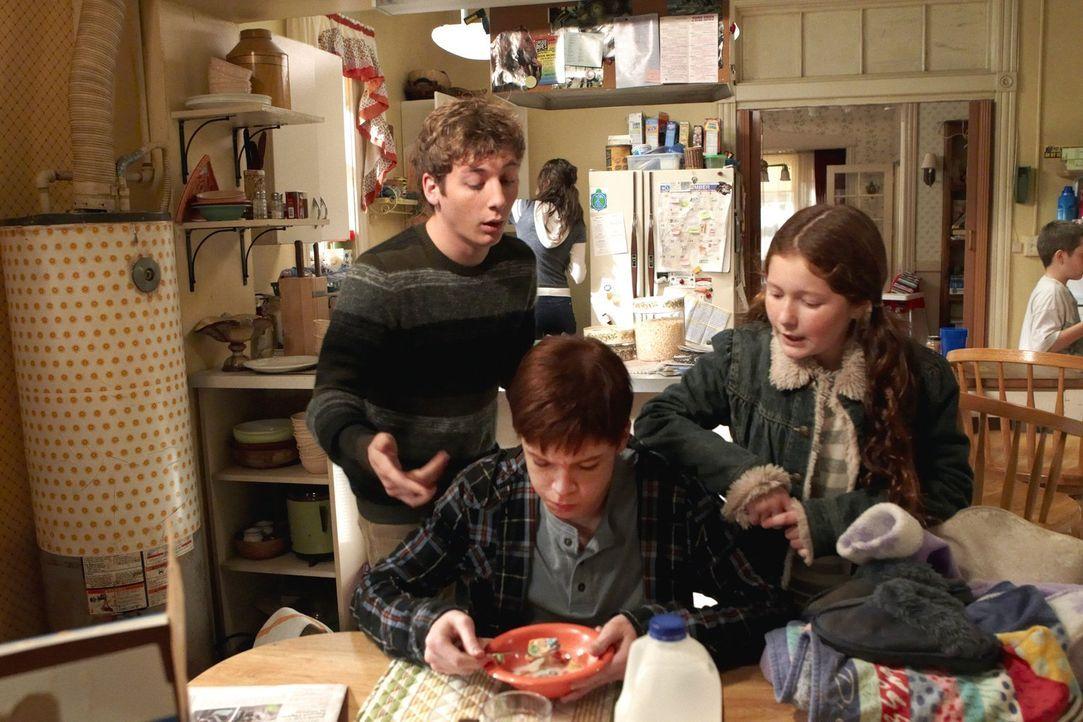 In einem ärmlichen Stadtteil schwul zu sein ist nicht leicht. Gut, dass Ian (Cameron Monaghan, M.) seine Geschwister Debbie (Emma Kenney, r.) und Li... - Bildquelle: 2010 Warner Brothers