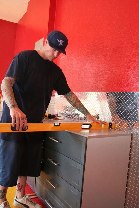 Rob alias Vanilla Ice weiß ganz genau, wie eine Garage, die teure Schlitten beherbergen soll, aussehen muss ... - Bildquelle: 2010, DIY Network/Scripps Networks, LLC.  All Rights Reserved