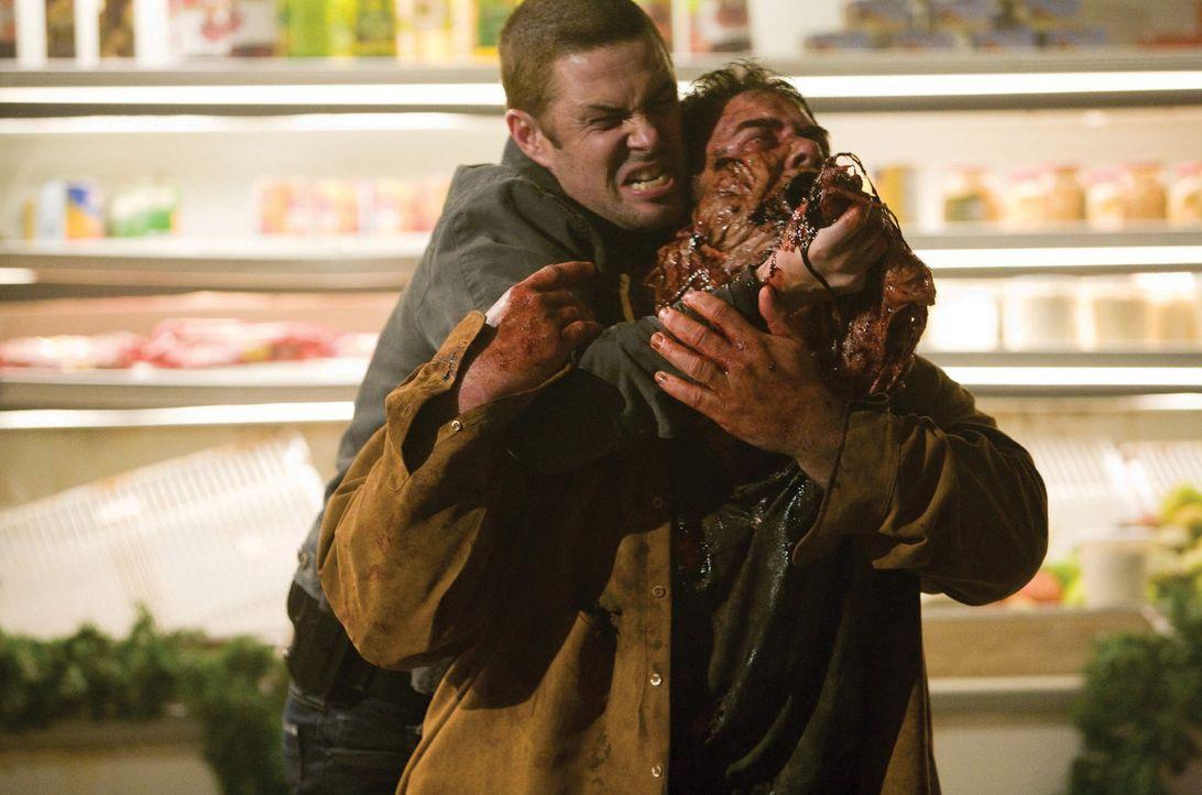 Verzweifelt versucht Ritter (Carlos Bernard, l.), den von Aliens besetzten Chambers (Keith Hudson, r.) zu retten ... - Bildquelle: 2007 Warner Bros. Entertainment INC.
