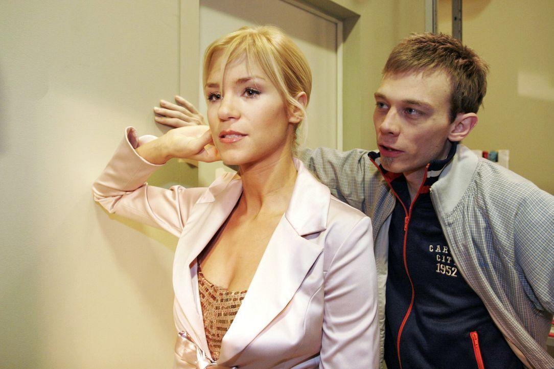 Jürgen (Oliver Bokern, r.) rät Sabrina (Nina-Friederike Gnädig, l.), endlich zu ihren Gefühlen zu stehen. - Bildquelle: Noreen Flynn Sat.1
