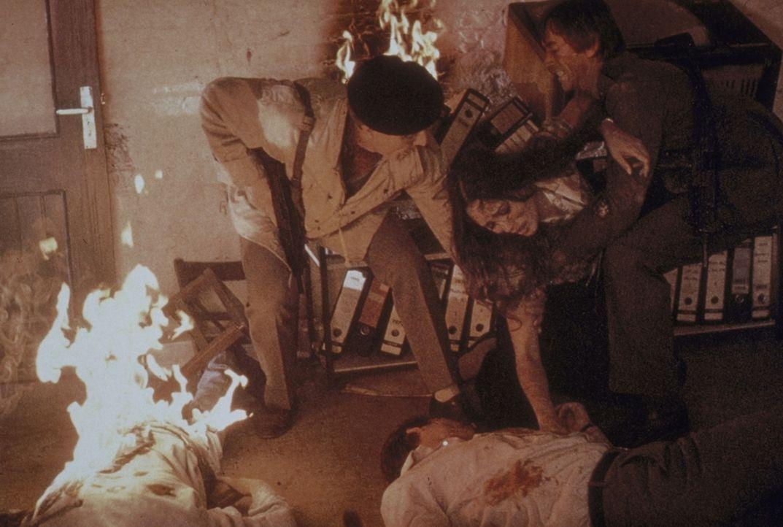 Faulkner (Edward Fox, l.), Kathy (Barbara Carrera, M.) und Haddad (Scott Glenn, r.) versuchen, den Flammen zu entkommen ... - Bildquelle: Universal Pictures