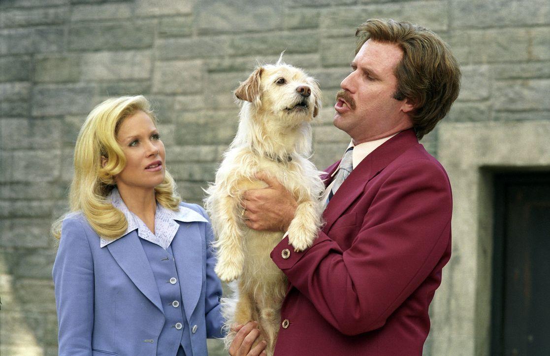 Als Anchorman Ron (Will Ferrell, r.) wegen eines Zwischenfalles mit seinem geliebten Hund zu spät zur Sendung kommt, liest stattdessen Veronica (Ch... - Bildquelle: Peter Iovino DreamWorks