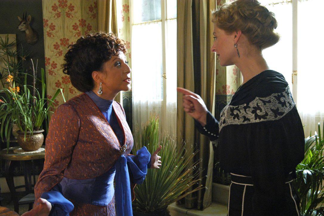 Charlotte Gravenhorst (Mignon Remé, r.) möchte um jeden Preis verhindern, dass Greta Clavue (Manon Straché, l.) ihren Schwager Paul ehelicht. - Bildquelle: Aki Pfeiffer Sat.1