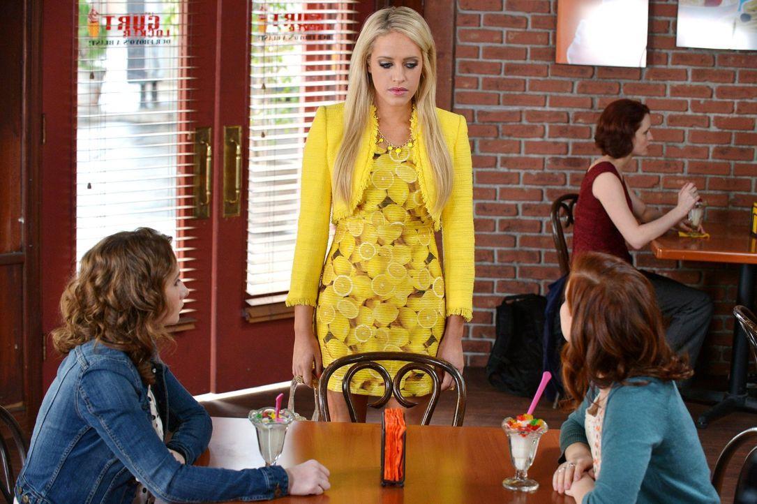 Tessa (Jane Levy, r.) ist etwas geschockt, als sie einiges über Dalias (Carly Chaikin, M.) und Jennas (Courtney Merritt, l.) Vergangenheit erfährt .... - Bildquelle: Warner Brothers
