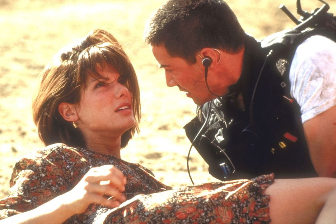 Endlich gelingt es Jack (Keanu Reeves, r.) und Annie (Sandra Bullock, l.), die Todesfahrt  zu einem unblutigen Ende zu bringen ... - Bildquelle: Twentieth Century Fox of Germany