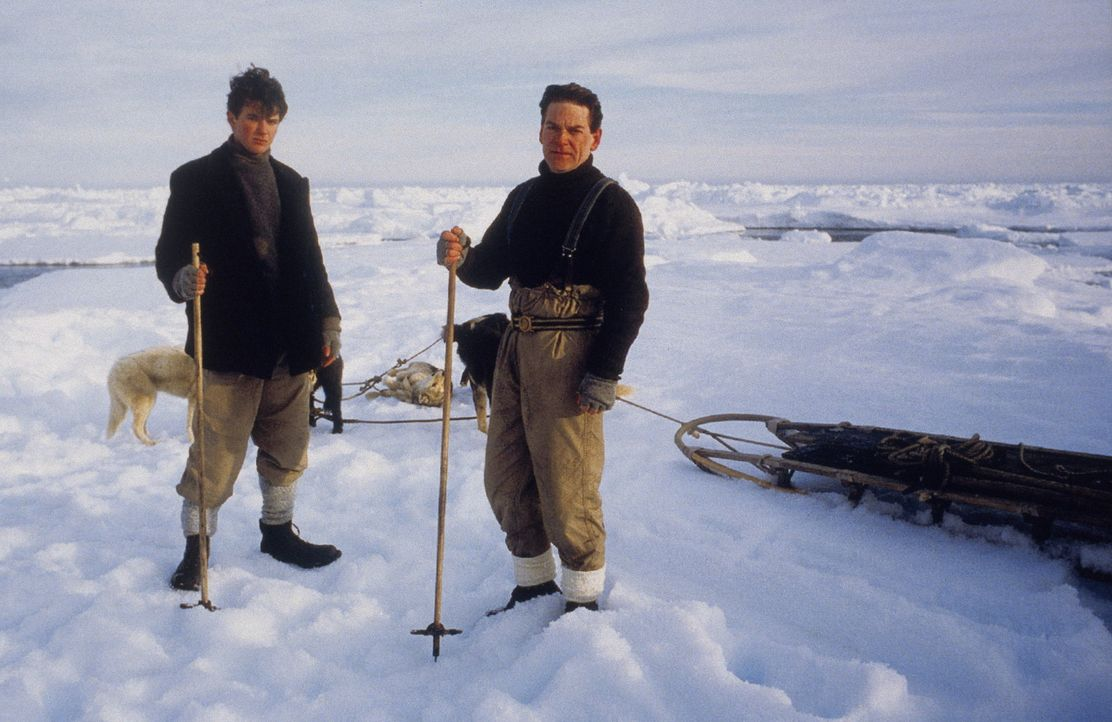 In der unendlichen Eiswüste der Antarktis endete dieser Trip in einem Wettlauf um Leben und Tod: Ernest Shackleton (Kenneth Branagh, r.) wollte als... - Bildquelle: Channel Four Televison Corporation MMI