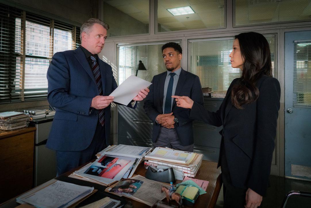 Kurz nachdem Morland Holmes sein Büro verlassen hat, explodiert dort eine Bombe. Holmes und Watson (Lucy Liu, r.) vermuten, dass die Organisation vo... - Bildquelle: Michael Parmelee 2016 CBS Broadcasting Inc. All Rights Reserved.