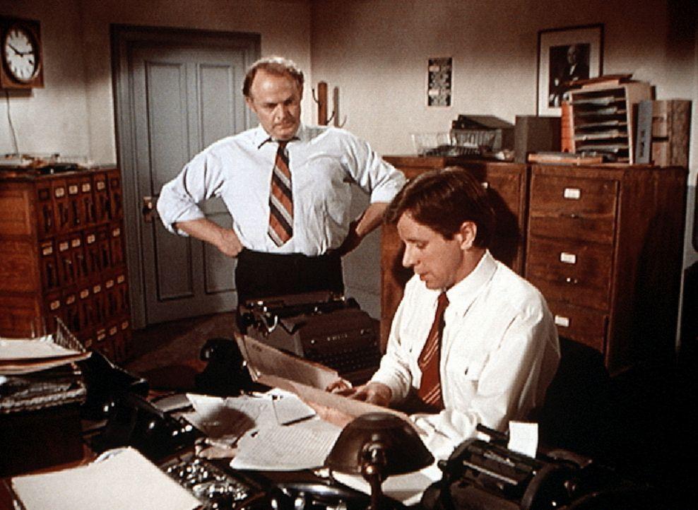 J.D. (Lewis Arquette, l.) bereut, Jonesy (Richard Gilliland, r.) bei sich eingestellt zu haben. Ohne Erin, die er entlassen hatte, verliert er die Ü... - Bildquelle: WARNER BROS. INTERNATIONAL TELEVISION