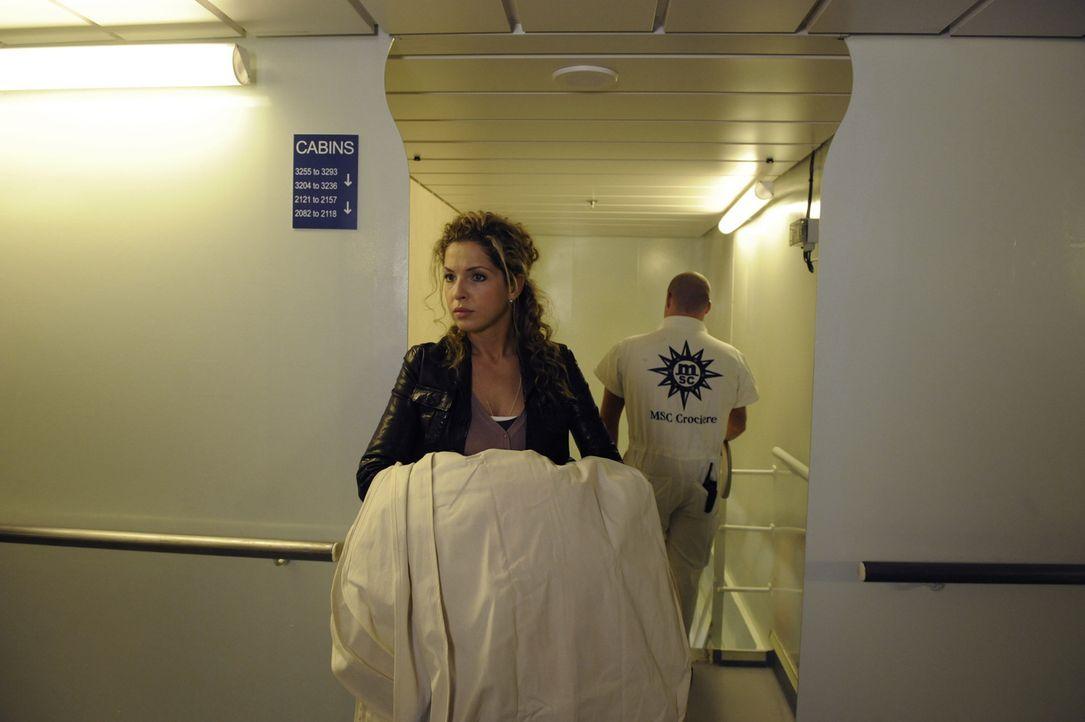 Versucht alles, um Annas Kollektion noch rechtzeitig an Bord zu bekommen: Nina (Maria Wedig) ... - Bildquelle: SAT.1