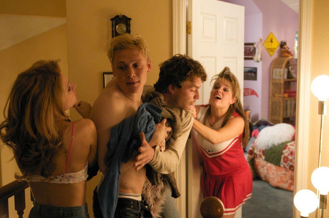 Als ihre Eltern früher als angekündigt nach Hause zurückkehren, haben Amber (Cameron Goodman, l.), Dorothee (Kimberly J. Brown, r.), Tom (Matthias S... - Bildquelle: Sony Pictures Television Inc. All Rights Reserved.