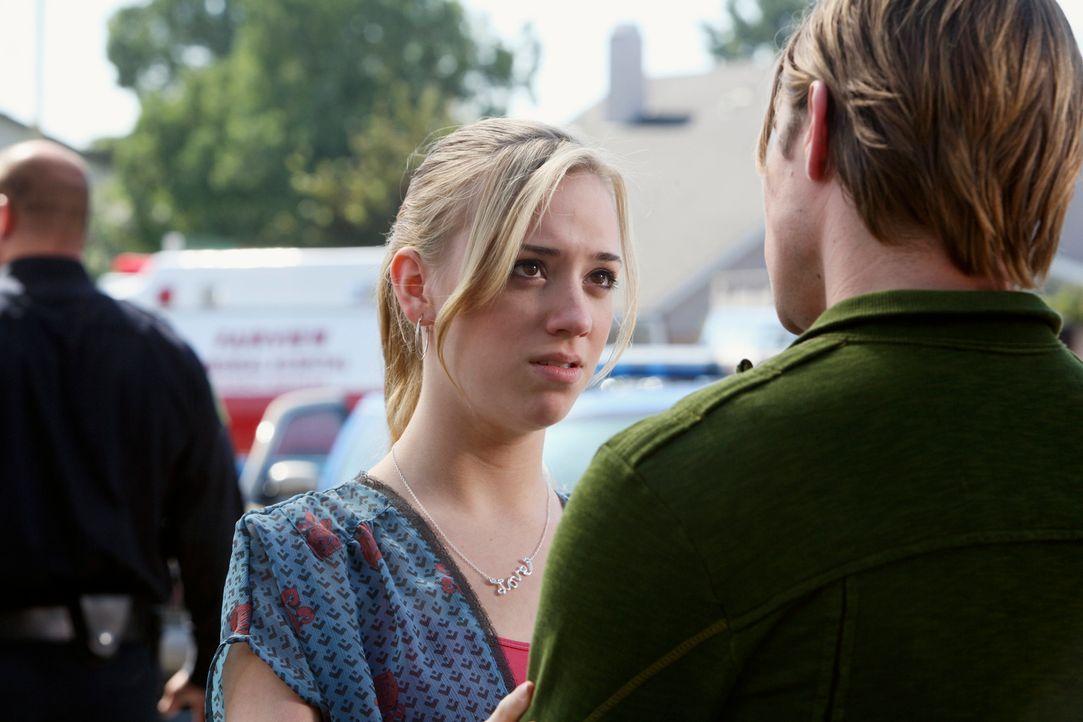 Haben die Geiselnahme heil überstanden: Julie (Andrea Bowen, l.) und Austin (Josh Henderson, r.) ... - Bildquelle: 2005 Touchstone Television  All Rights Reserved