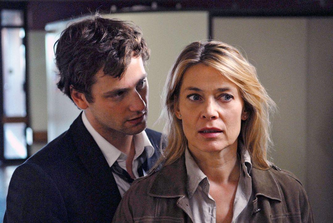 Als David (Florian Stetter, l.) Greta bei einem Autounfall das Leben rettet, ist das anscheinend ein weiterer Beweis dafür, dass sich Christiane (Ba... - Bildquelle: Martin Menke Sat.1
