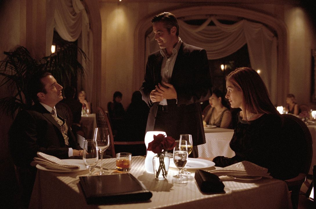 Lässt nichts unversucht, um seine Ex-Frau (Julia Roberts, r.) trotz ihres neuen Freundes (Andy Garcia, l.) zurückzugewinnen: Danny Ocean (George Clo... - Bildquelle: Warner Bros. Pictures