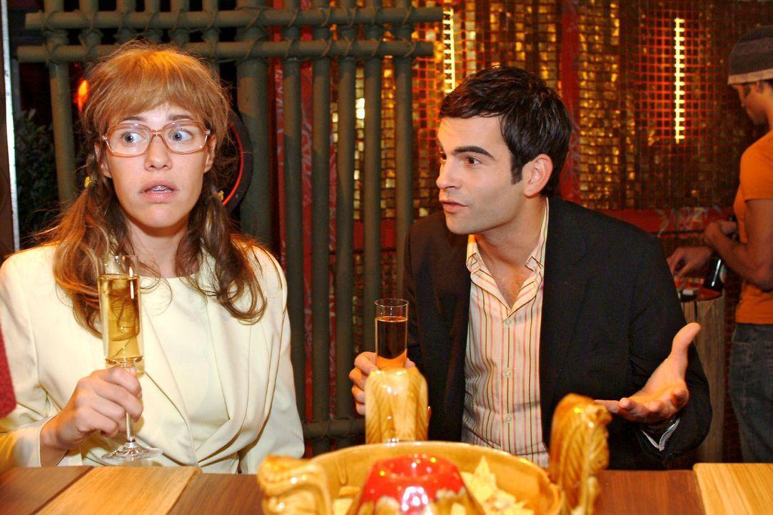 Lisa (Alexandra Neldel, l.) fühlt sich überrumpelt, als David (Mathis Künzler, r.) sie fragt, ob sie seine Trauzeugin werden will. (Dieses Foto von... - Bildquelle: Monika Schürle Sat.1
