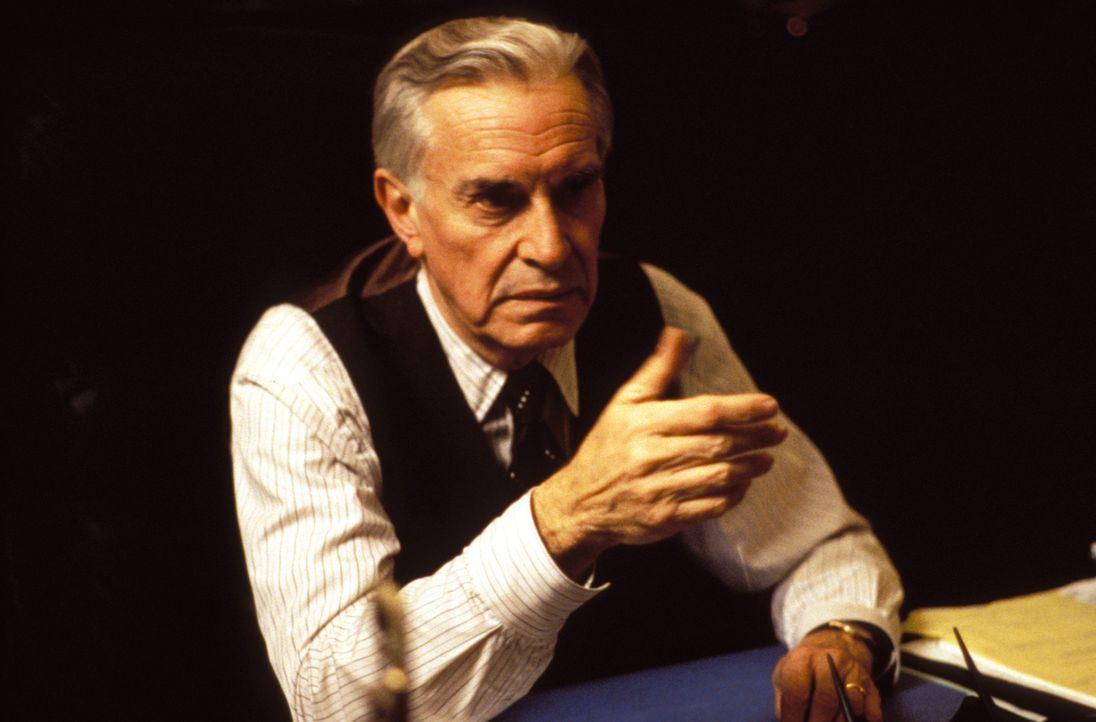 Wird mit einem falschen Gutachten gelinkt: der angesehene Richter Walter Stern (Martin Landau) ... - Bildquelle: Warner Bros. Television