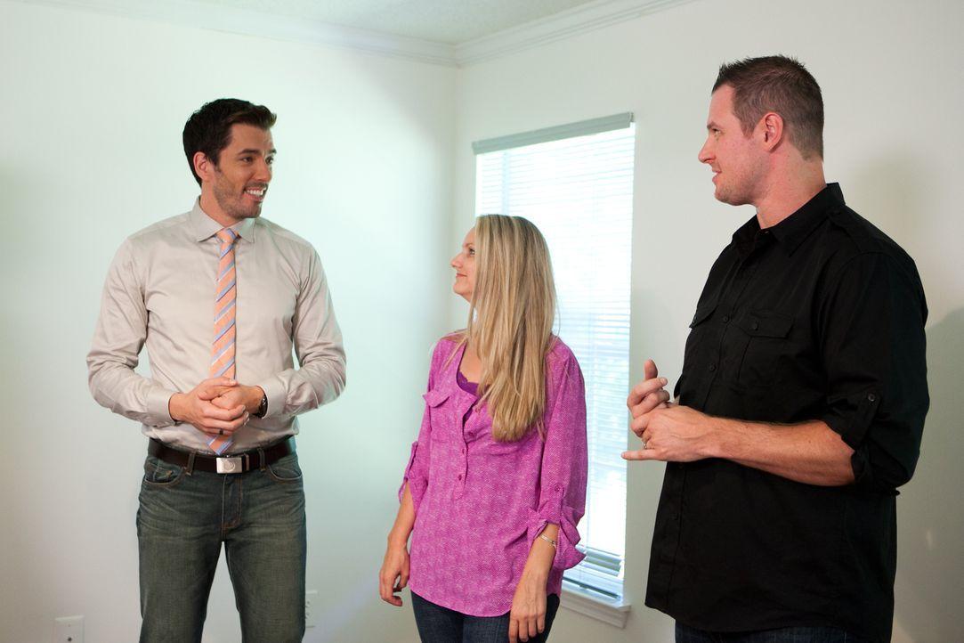 Drew (l.) präsentiert Melissa (M.) und Joe (r.) unterschiedliche Häuser, die in ihrem jetzigen Zustand nicht den Vorstellungen des Paares entspreche... - Bildquelle: Jessica McGowan 2013, HGTV/Scripps Networks, LLC. All Rights Reserved