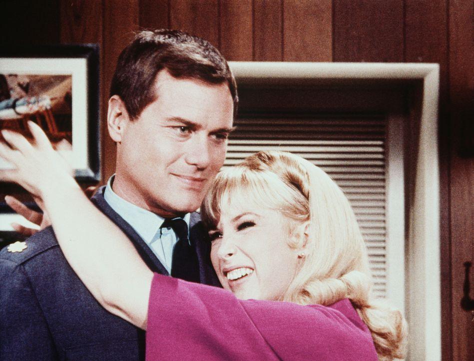 Jeannie (Barbara Eden, r.) behauptet, den Schwindel mit dem falschen Engländer längst durchschaut zu haben und meint, dass sie ihren Meister Tony (L... - Bildquelle: Columbia Pictures