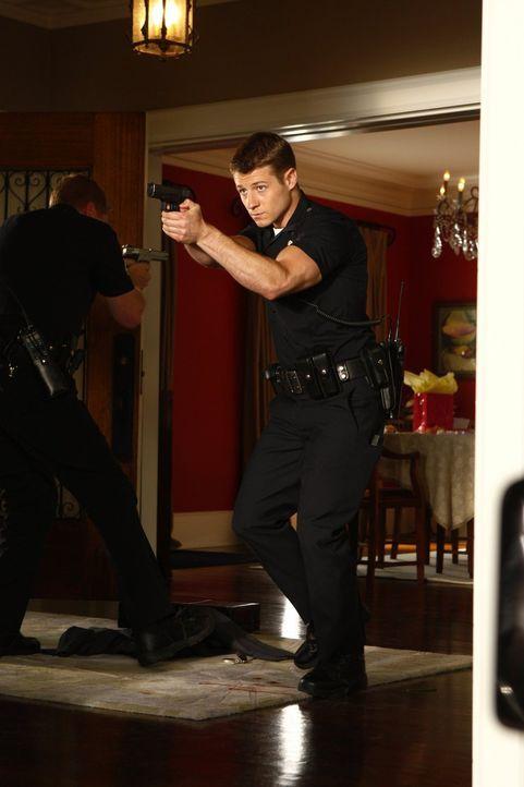 Als Officer Ben Sherman (Benjamin McKenzie) und seine Kollegen einem Hinweis nachgehen, machen sie eine grausame Entdeckung in einem Einfamilienhaus... - Bildquelle: Warner Brothers