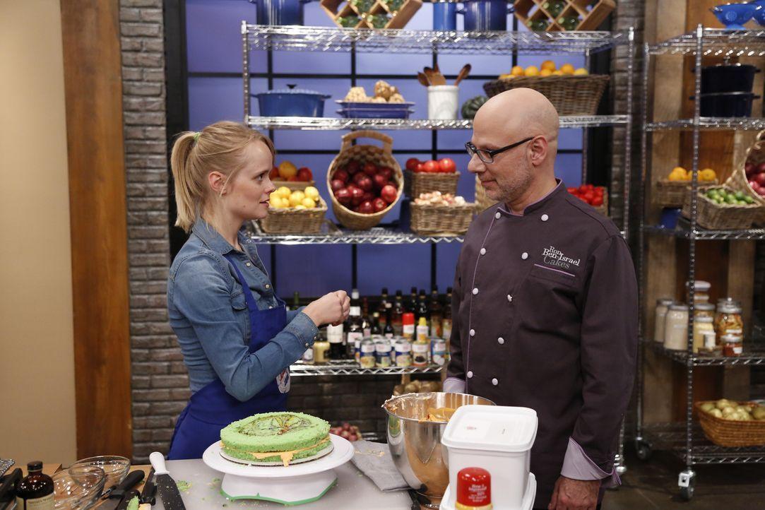 Alina (l.) soll einen Kuchen nach dem Rezept des Profi-Kochs Ron Ben Israel (r.) backen. Doch wird ihr das gelingen? - Bildquelle: Heidi Gutman 2012, Television Food Network, G.P.