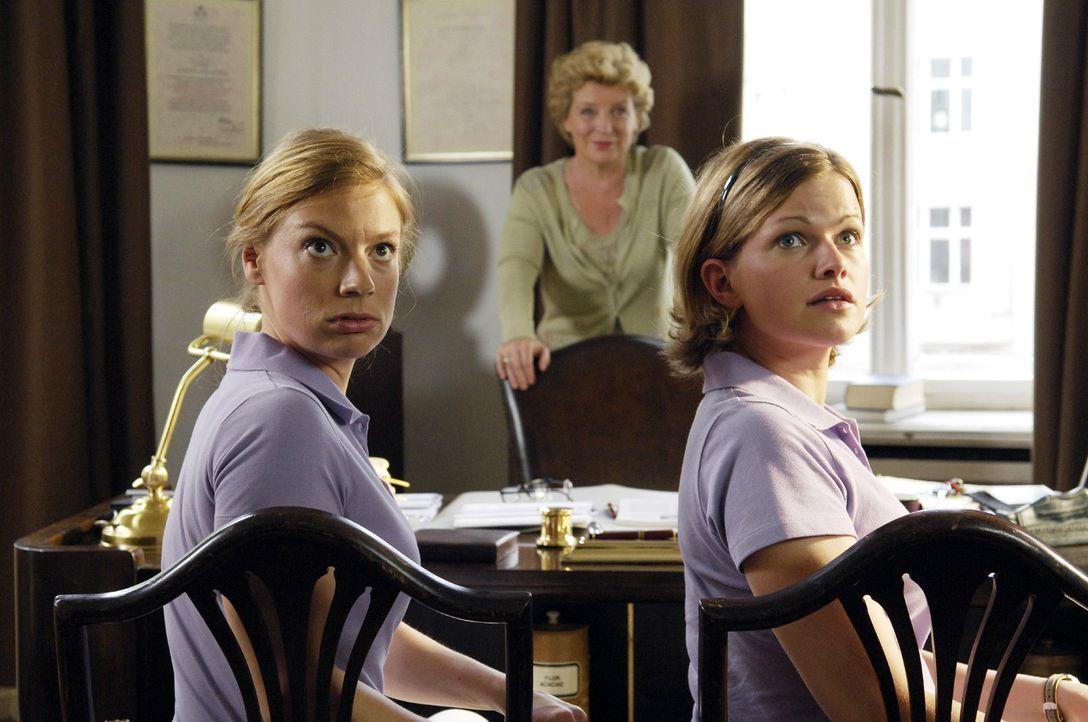 Soeben hat Frau Dr. Westphal (Peggy Lukac, M.) Lisa (Mira Bartuschek, r.) und Nicki (Britta Horn, l.) mitgeteilt, dass ab sofort ihr Neffe Dr. Luka... - Bildquelle: Britta Krehl Sat.1