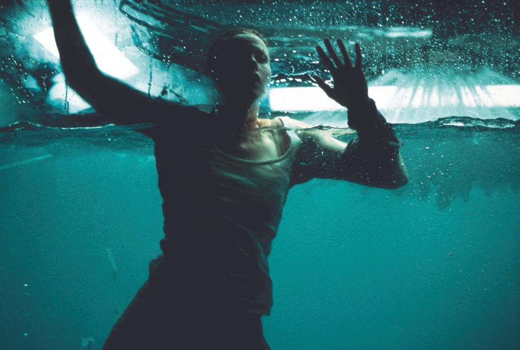 Obwohl der Täter in ein tiefes Koma gefallen ist, scheint es keine Rettung für sein Opfer Julia (Tara Subkoff) zu geben. Da klingt sich eine Therape... - Bildquelle: Kinowelt Filmverleih
