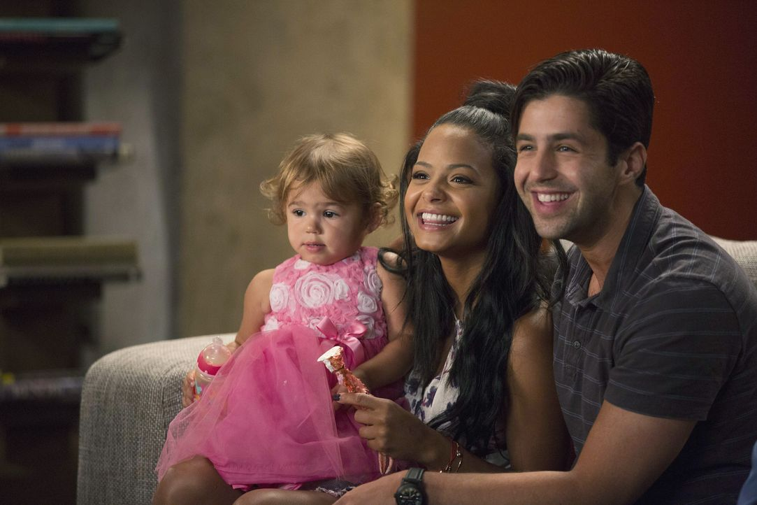 Vanessa (Christina Milian, M.) und Gerald (Josh Peck, r.) freuen sich darüber, dass Jimmy als Entschädigung für sein Zuspätkommen an Edies Geburtsta... - Bildquelle: Jordin Althaus 2015 American Broadcasting Companies, Inc. All rights reserved.