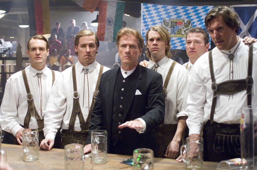 Wolfgang von Wolfhaus (Jürgen Prochnow, M.) ist enttäuscht, dass die amerikanische Verwandtschaft keine Bier-Siegerqualitäten besitzt ... - Bildquelle: Warner Brothers International Television