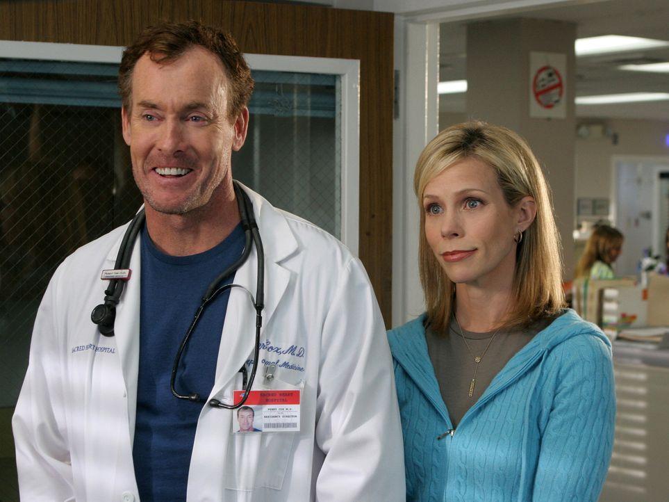 Cox' Schwester Paige (Cheryl Hines, r.), die durch und durch gläubig ist, ist in der Stadt. Als bei ihrem Besuch im Krankenhaus bei einem Patienten... - Bildquelle: Touchstone Television