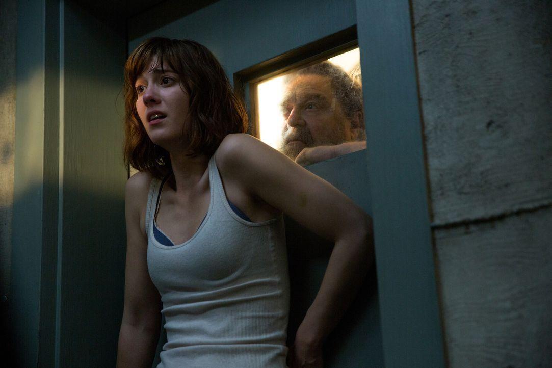 Will Howard (John Goodman, r.) tatsächlich verhindern, dass Michelle (Mary Elizabeth Winstead, l.) die Tür des Bunkers öffnet, um ihrer aller Leben... - Bildquelle: Michele K. Short 2016 Paramount Pictures.  All Rights Reserved.