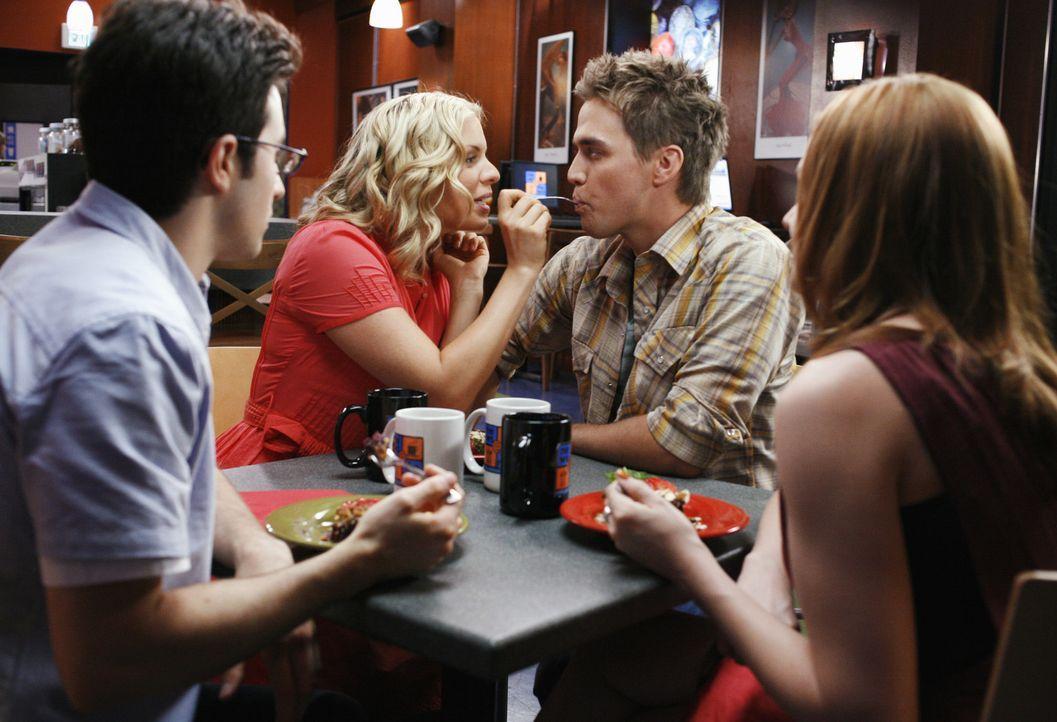 Declan (Chris Olivero, 2.v.r.) und Lori (April Matson, r.) versuchen über Jackie (Ali Liebert, 2.v.l.) und Mark (Josh Zuckerman, l.) an Information... - Bildquelle: TOUCHSTONE TELEVISION