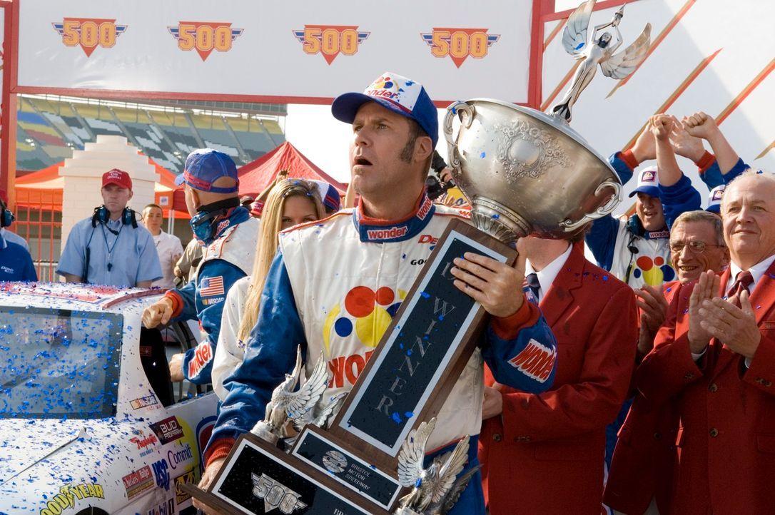 Ricky Bobby (Will Ferrell) wurde in einem Sportwagen zur Welt gebracht. Sein Vater war ein berühmter Rennfahrer, der seinem Sohn ein Motto mit auf d... - Bildquelle: Copyright   2006 Sony Pictures Television International.