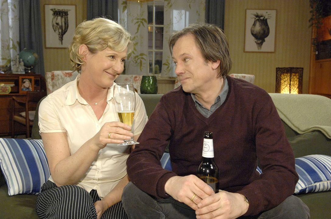 """Susanne (Heike Jonca, l.) und Armin (Rainer Will, r.) stoßen auf ihren Erfolg mit der """"All you can eat""""-Aktion an. - Bildquelle: Claudius Pflug Sat.1"""