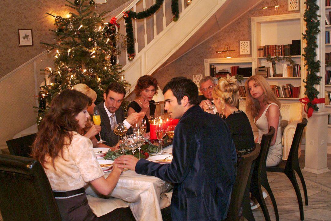 Auf der Familienweihnachtsfeier mit Sabrina (Nina-Friederike Gnädig), Richard (Karim Köster), Sophie (Gabrielle Scharnitzky), Friedrich (Wilhelm M... - Bildquelle: Monika Schürle Sat.1