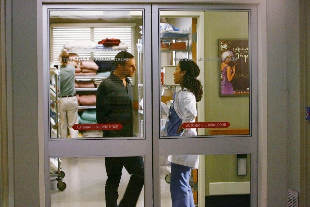Machen sich große Sorgen um Izzie: Alex (Justin Chambers, l.) und Cristina (Sandra Oh, r.) ... - Bildquelle: Touchstone Television