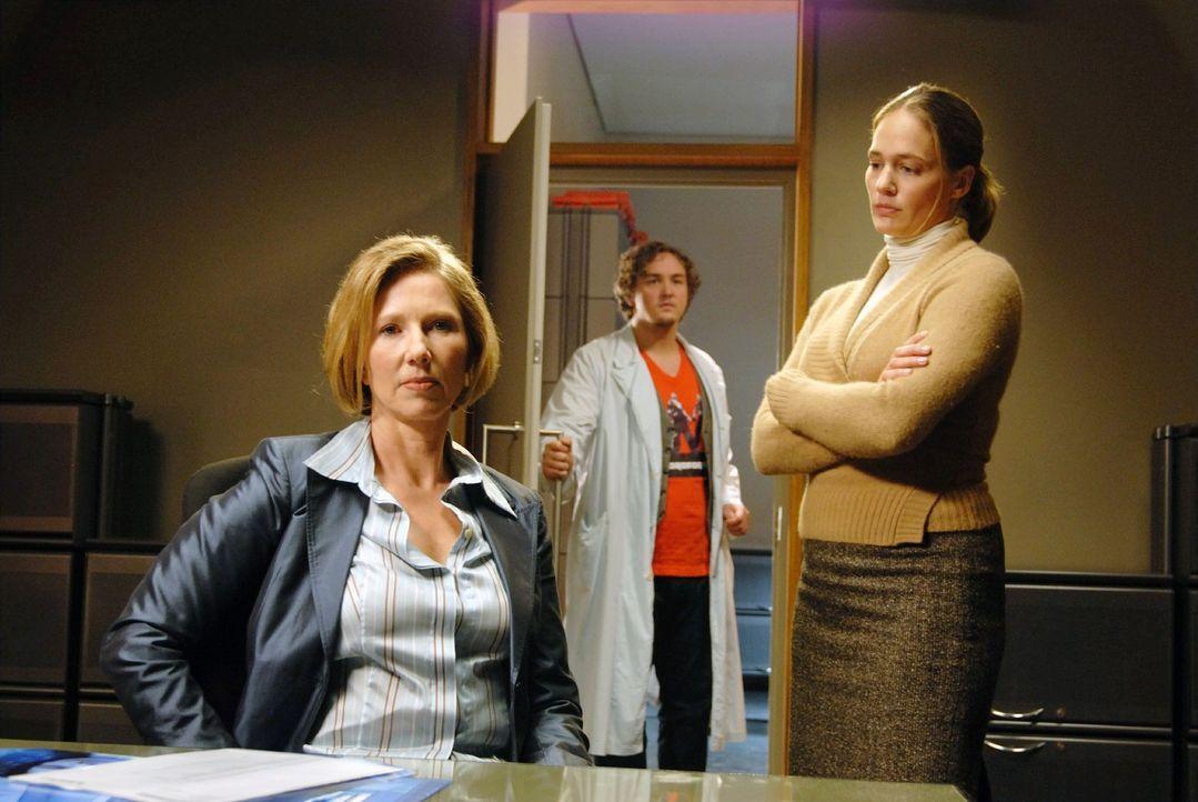 Während Nina (Sonsee Neu, r.) die Klinikleiterin Dr. Bentheim (Petra Zieser, l.) befragt, platzt Schmidt (Daniel Zillmann, M.) mit der Information herein, dass er abweichende Ergebnisse zu den Laboruntersuchungen der Klinik erhalten hat ...