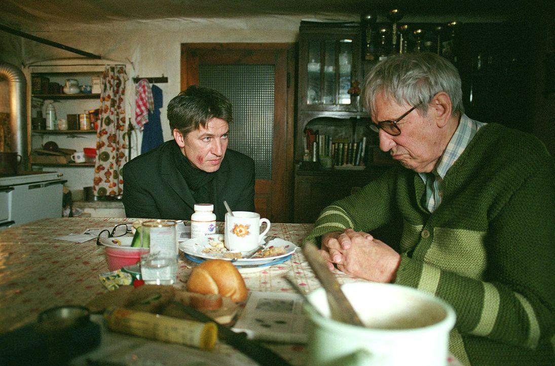 Die Suche nach seiner Identität führt Luis (Tobias Moretti, l.) in sein Elternhaus. Dort trifft er auf seinen Vater (Wolfgang Gasser, r.) ... - Bildquelle: Miguel Dieterich Sat.1