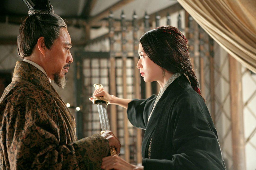 Um das Ende des schrecklichen Krieges herbeizuführen, würde Xiao Qiao (Chiling Lin, r.) sehr gerne den machtgierigen Premierminister Cao Cao (Fengyi... - Bildquelle: Constantin Film Verleih GmbH