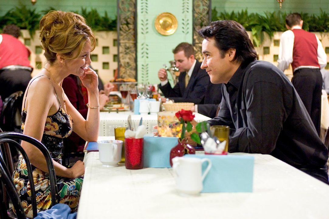 Es knistert gewaltig bei den Dates von Sarah (Diane Lane, l.) und Jake (John Cusack, r.). Der zärtliche Romantiker macht Sarah irgendwie an, auch we... - Bildquelle: Warner Brothers