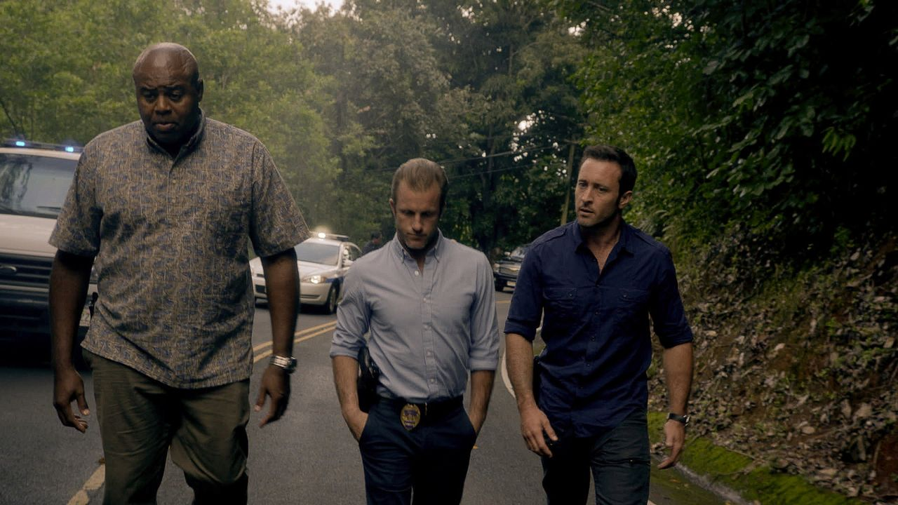 Ein neuer Fall wartet auf Steve (Alex O'Loughlin, r.), Danny (Scott Caan, M.) und Grover (Chi McBride, l.) ... - Bildquelle: 2015 CBS Broadcasting Inc. All Rights Reserved.