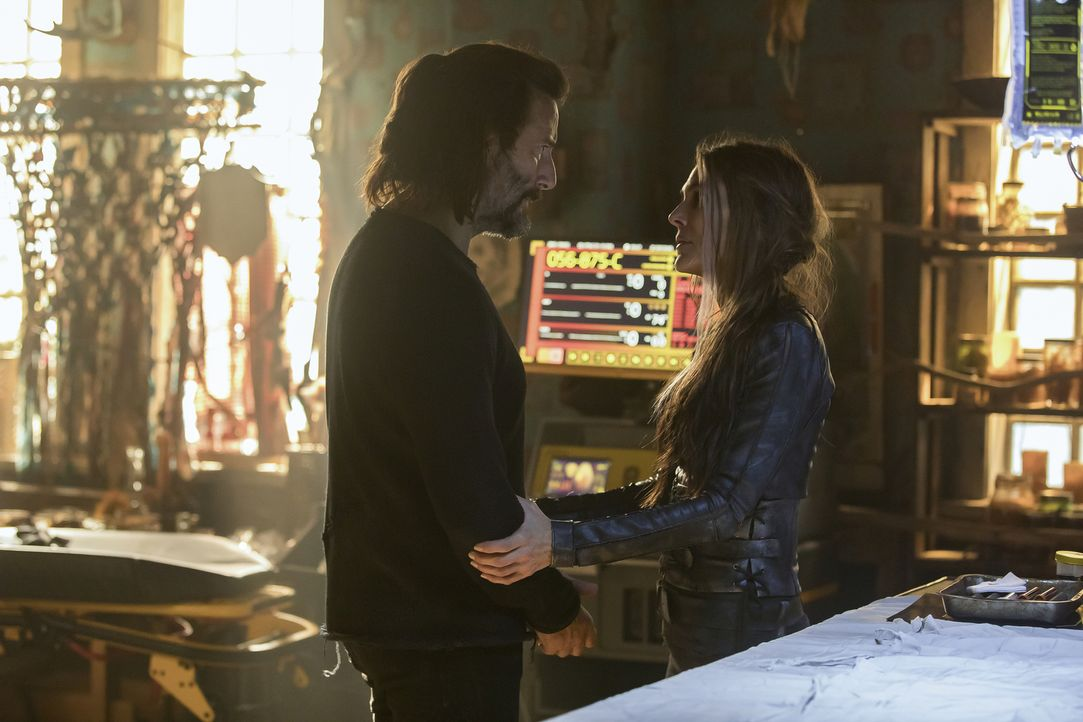 Marcus (Henry Ian Cusick, l.); Abby (Paige Turco, r.) - Bildquelle: Jack Rowand 2018 The CW Network, LLC. All rights reserved./Jack Rowand