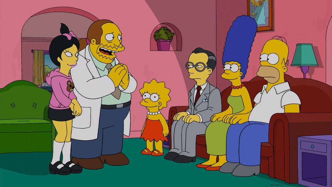 Als der Vater (3.v.r.) der reizenden Japanerin Kumiko (l.) in Springfield auftaucht, ist die Not für den Comicverkäufer (2.v.l.), der in sie verknal... - Bildquelle: 2013 Twentieth Century Fox Film Corporation. All rights reserved.